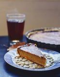 Κομμάτι της πίτας κολοκύθας με τους σπόρους και το τσάι Στοκ εικόνα με δικαίωμα ελεύθερης χρήσης