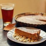 Κομμάτι της πίτας κολοκύθας με τους σπόρους και το τσάι thanksgiving Στοκ φωτογραφίες με δικαίωμα ελεύθερης χρήσης