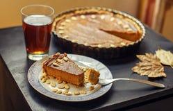 Κομμάτι της πίτας κολοκύθας με το τσάι Στοκ Φωτογραφίες