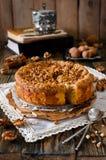 Κομμάτι της πίτας μήλων με το λούστρο ξύλων καρυδιάς και ζάχαρης Στοκ Εικόνες