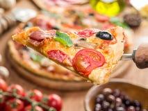 Κομμάτι της πίτσας με τα μανιτάρια, το ζαμπόν και τις ντομάτες Στοκ Εικόνες