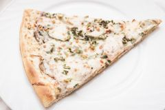 Κομμάτι της πίτσας σε ένα άσπρο πιάτο Στοκ Φωτογραφίες