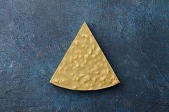 Κομμάτι της χειροποίητης σοκολάτας στο μπλε υπόβαθρο στοκ εικόνες