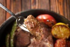 Κομμάτι της ψημένης στη σχάρα μπριζόλας βόειου κρέατος Στοκ εικόνα με δικαίωμα ελεύθερης χρήσης
