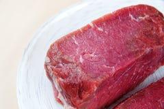 Κομμάτι του ακατέργαστου βόειου κρέατος Στοκ Εικόνες