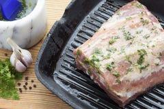 Κομμάτι του ακατέργαστου μαριναρισμένου κρέατος σε μια παν-σχάρα Στοκ Φωτογραφία