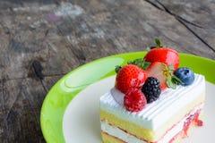 Κομμάτι του εύγευστου κέικ φραουλών στοκ φωτογραφία