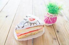Κομμάτι του κέικ βανίλιας στον ξύλινο πίνακα Στοκ φωτογραφίες με δικαίωμα ελεύθερης χρήσης