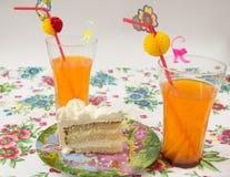 Κομμάτι του κέικ με ένα κοκτέιλ Στοκ Φωτογραφίες