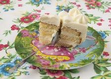 Κομμάτι του κέικ με ένα κουτάλι Στοκ Φωτογραφίες