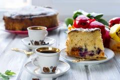 Κομμάτι του κέικ με φρούτα και δύο φλιτζάνια του καφέ Στοκ φωτογραφίες με δικαίωμα ελεύθερης χρήσης
