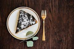 Κομμάτι του κέικ Πάσχας σε ένα ξύλινο υπόβαθρο Στοκ Φωτογραφία