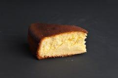 Κομμάτι του κέικ σε μια μαύρη επιφάνεια πετρών στοκ εικόνα