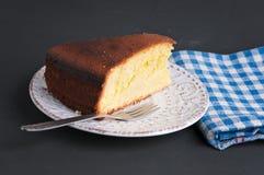Κομμάτι του κέικ σε μια μαύρη επιφάνεια πετρών στοκ φωτογραφίες με δικαίωμα ελεύθερης χρήσης