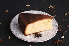 Κομμάτι του κέικ σε μια μαύρη επιφάνεια πετρών στοκ εικόνα με δικαίωμα ελεύθερης χρήσης