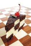 Κομμάτι του κέικ σκακιού στον πίνακα σκακιού Στοκ Φωτογραφία