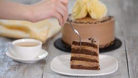 Κομμάτι του κέικ σοκολάτας με την μπανάνα απόθεμα βίντεο