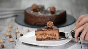 Κομμάτι του κέικ σοκολάτας με την τήξη φιλμ μικρού μήκους