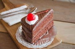 Κομμάτι του κέικ σοκολάτας με mousse σοκολάτας το στρώμα Στοκ Εικόνα