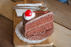 Κομμάτι του κέικ σοκολάτας με mousse σοκολάτας το στρώμα Στοκ Φωτογραφία