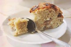 Κομμάτι του κέικ στενό σε έναν επάνω πιάτων στοκ εικόνες