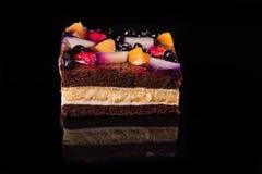 Κομμάτι του κέικ φρούτων με τη ζελατίνα και την κρέμα Μαύρη ανασκόπηση Τοπ όψη Στοκ φωτογραφίες με δικαίωμα ελεύθερης χρήσης