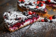 Κομμάτι του σπιτικού κέικ μούρων στο ξύλινο υπόβαθρο Στοκ φωτογραφίες με δικαίωμα ελεύθερης χρήσης