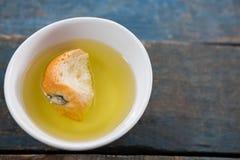 Κομμάτι του ψωμιού που ενυδατώνεται στο ελαιόλαδο Στοκ Εικόνες