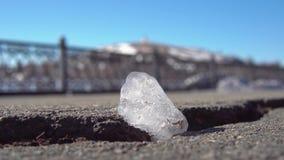 Κομμάτι των λειωμένων μετάλλων πάγου κάτω από τις καυτές ηλιαχτίδες φιλμ μικρού μήκους