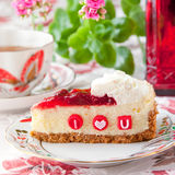 Κομμάτι cheesecake φραουλών με τις εδώδιμες επιστολές για το βαλεντίνο Στοκ φωτογραφίες με δικαίωμα ελεύθερης χρήσης