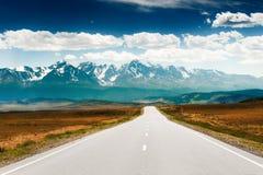 Δρόμος στα βουνά Κομμάτι Chuysky σε Altai, Σιβηρία, Ρωσία στοκ εικόνες