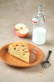 Κομμάτι Kefir του κέικ με τα μήλα, τα μούρα και το granola. στοκ εικόνα