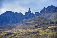 Κομμένες οδοντωτά άκρες των θέα βουνού στην Ισλανδία στοκ φωτογραφία