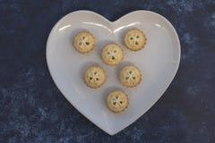 Κομματιάστε τις πίτες σε ένα πιάτο καρδιών στοκ εικόνες