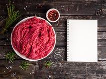 Κομματιάστε το βόειο κρέας, επίγειο κρέας με τα συστατικά για το μαγείρεμα παλαιό σε γκρίζο στοκ εικόνες με δικαίωμα ελεύθερης χρήσης