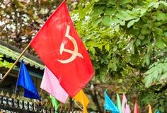 Κομμουνιστική σημαία στην πρόσοψη ενός κτηρίου σε Luang Prabang, Λάος Κινηματογράφηση σε πρώτο πλάνο Στοκ Φωτογραφίες