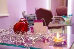 Κομμωτήριο με τη διακόσμηση και τις κάρτες Χριστουγέννων Στοκ Φωτογραφία