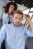 Κομμωτής και αρσενικός πελάτης που αλληλεπιδρούν στο barbershop Στοκ φωτογραφίες με δικαίωμα ελεύθερης χρήσης
