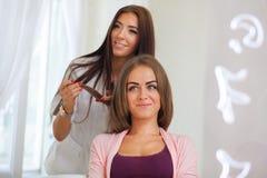 Κομμωτής που κάνει το κούρεμα για τις γυναίκες hairdressing στο σαλόνι Conce στοκ φωτογραφία