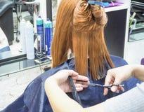 Κομμωτής που κάνει το κούρεμα hairdressing στο σαλόνι ο τέμνων κομμωτής τριχώματος δίνει τη γυναίκα εργαλείων του s Βιομηχανία ομ στοκ εικόνα με δικαίωμα ελεύθερης χρήσης