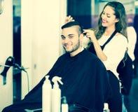 Κομμωτής που κάνει Hairstyle Στοκ Φωτογραφία