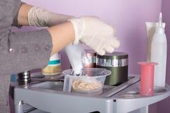 Κομμωτής που προετοιμάζει το υπεροξείδιο για το τρίχωμα που βάφει την επεξεργασία Στοκ Εικόνες