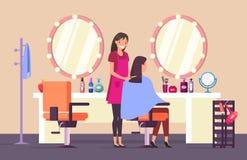 Κομμωτής στο σαλόνι ομορφιάς που κάνει το θηλυκό κούρεμα ελεύθερη απεικόνιση δικαιώματος