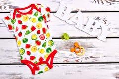 Κομπινεζόν βαμβακιού τυπωμένων υλών φρούτων μωρών στοκ φωτογραφία με δικαίωμα ελεύθερης χρήσης