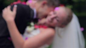 Κομφετί βλαστών σε ένα ευτυχές νέο ζεύγος απόθεμα βίντεο