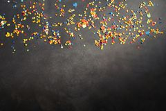 Κομφετί καρναβαλιού στο σκοτεινό κλίμα Στοκ Φωτογραφία