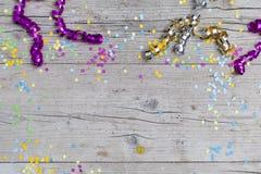 Κομφετί καρναβαλιού στο ξύλινο υπόβαθρο Στοκ Εικόνες