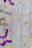 Κομφετί καρναβαλιού στο ξύλινο υπόβαθρο Στοκ φωτογραφία με δικαίωμα ελεύθερης χρήσης