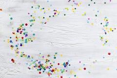 Κομφετί καρναβαλιού στο ξύλινο υπόβαθρο Στοκ Φωτογραφία