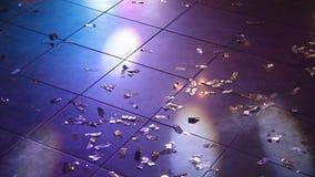 Κομφετί στο πάτωμα σε ένα νυχτερινό κέντρο διασκέδασης απόθεμα βίντεο
